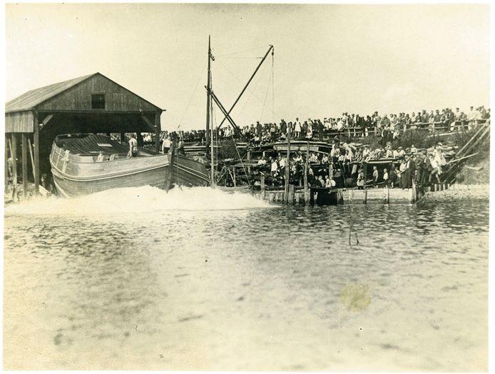 Tewaterlating van de botter Nicotine in 1934 op de scheepswerf Zeelandia in Tholen.