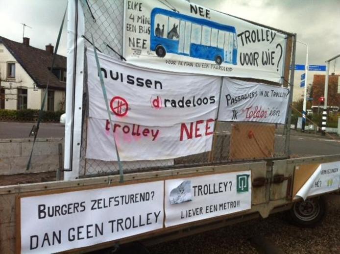 Spandoeken tegen de trolley bij de Valom in Huissen. foto: DG