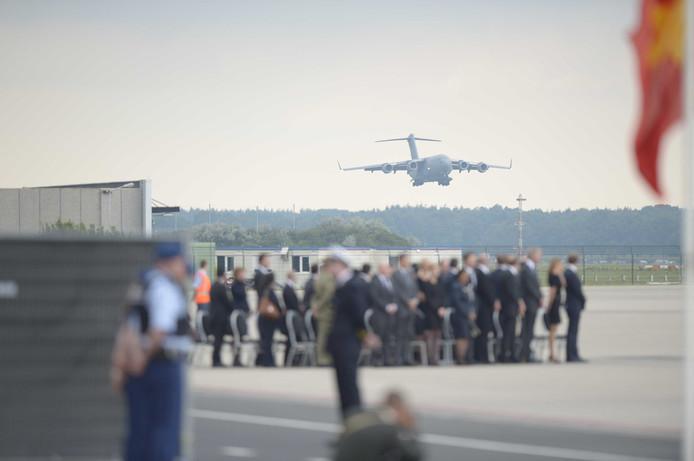 Een Australische Boeing C17 komt aan op vliegbasis Eindhoven met lijkkisten uit Oekraïne.