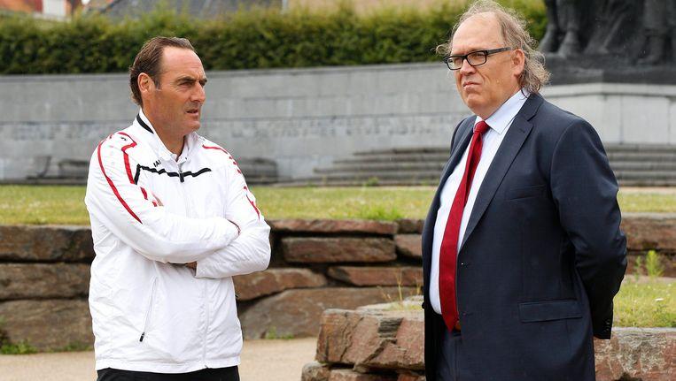 Allijns (R) hier in gesprek met de trainer van Kortrijk Yves Vanderhaeghe.