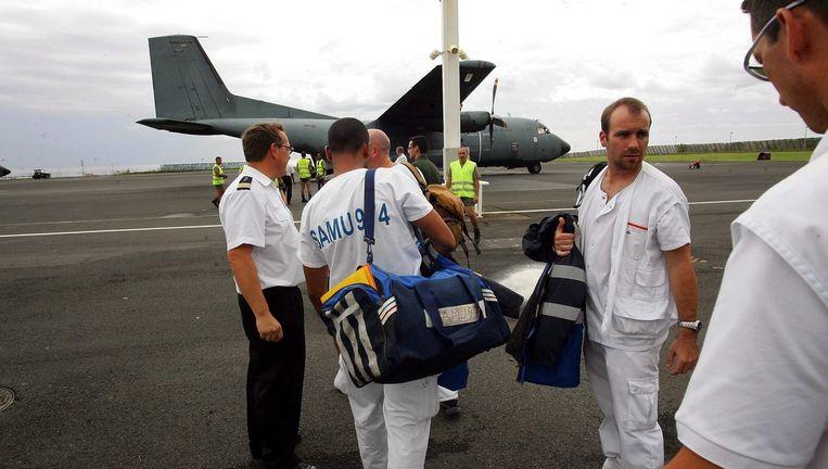 Voordat ze door reddingswerkers uit zee werd gehaald, had Bahia, die nauwelijks kan zwemmen, ongeveer dertien uur in het water doorgebracht, zich vasthoudend aan een losgeslagen deel van de verongelukte Airbus 310. Foto EPA Beeld