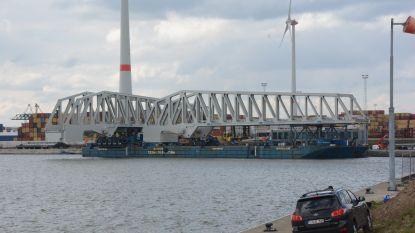 Nieuwe bruggen van Kieldrechtsluis gearriveerd; millimeterwerk met 1.500 ton staal
