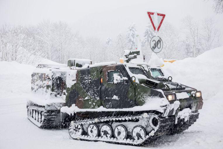 Een voertuig van het Duitse leger brengt voedsel nabij Berchtesgaden in Beieren.