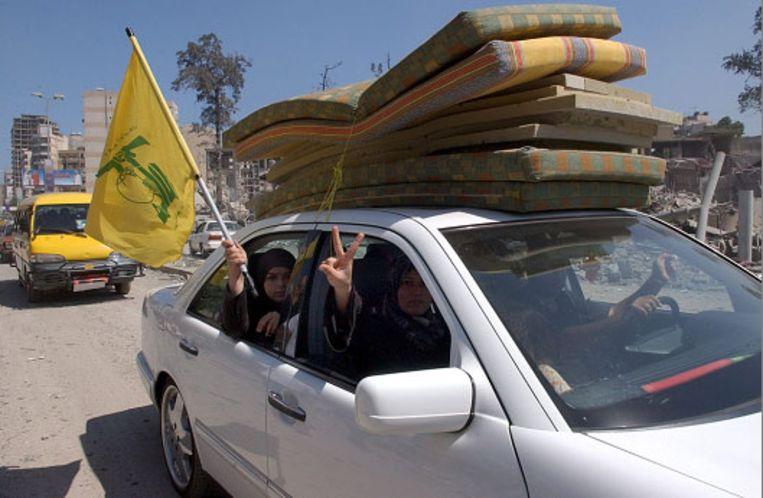 Inwoners van de zuidelijke wijken van Beiroet keren terug naar hun huizen. (EPA) Beeld