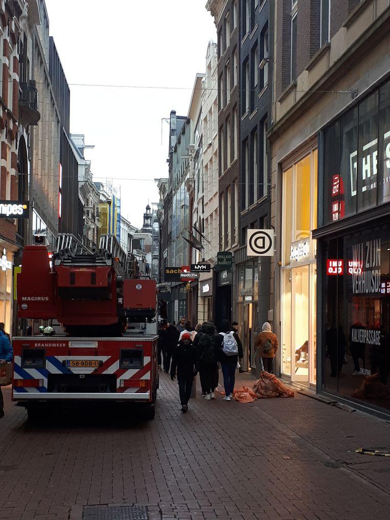 Brandweer in de Kalverstraat. Beeld Bart van Zoelen