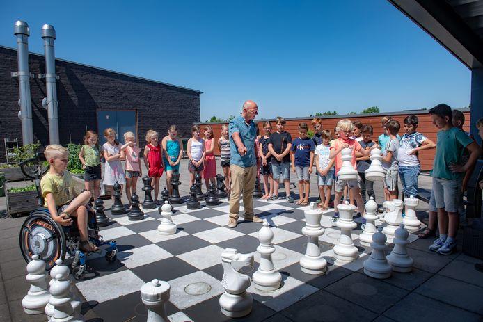 Henk Schwering neemt afscheid van basisschool De Reuzepas. Voordat hij weg is, leren de leerlingen van groep 6 hem nog snel schaken.