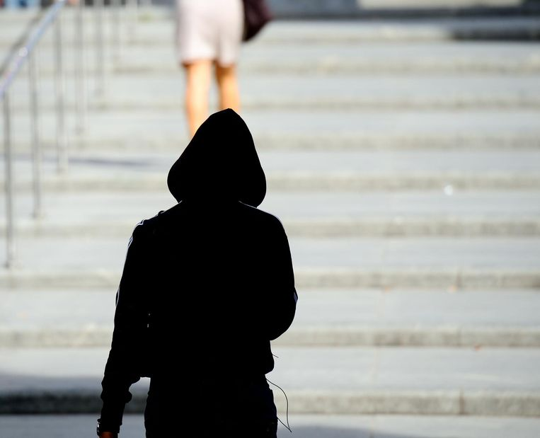 Een man stalkt een vrouw door haar te volgen. Foto ter illustratie.