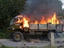 Militaire vrachtwagen brandt af en tank moet worden afgesleept in Groesbeek