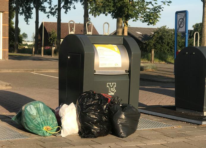 Het dumpen van afval naast in plaats van in de (betaalde) container komt volgens Avri nog steeds voor, maar neemt wel af.