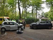 Twee auto's botsen op elkaar in Oisterwijk; vrouw met onbekende verwondingen naar ziekenhuis