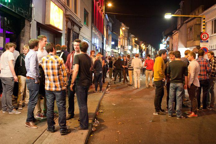 Traditioneel veel volk aan de Overpoort wanneer laatstejaars hun laatste honderd dagen vieren.