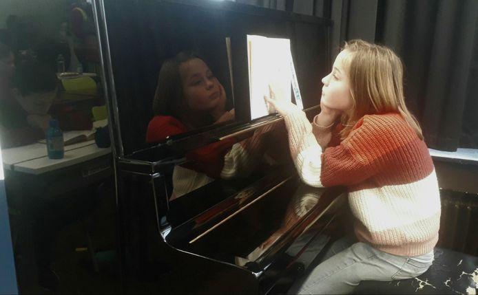Aan de piano wordt ook gelezen in een boekje