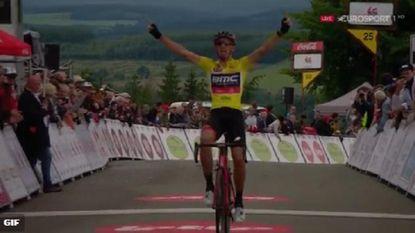 Dylan Teuns steviger aan de leiding na zege in derde rit van Wallonië