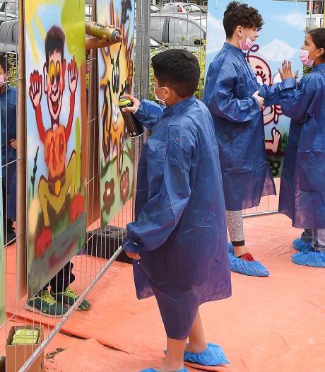 Graffiti geeft hekken bij te slopen flats Valuwe kleur