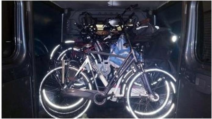 De gestolen fietsen die de politie in de bus vond.