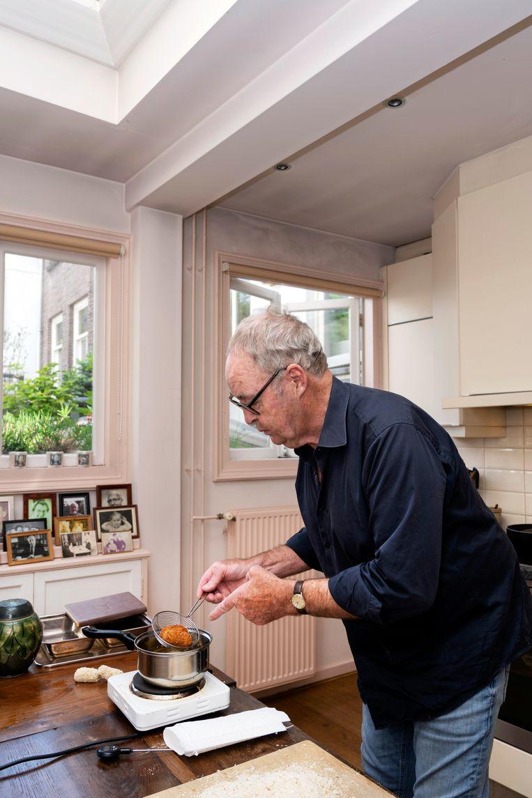 Cees Holtkamp in de keuken boven 'de zaak'. Beeld Els Zweerink