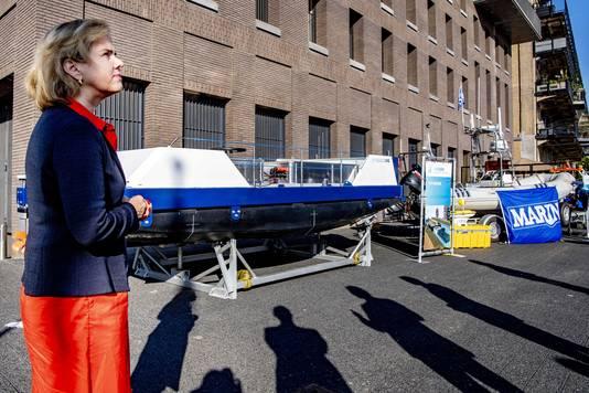 Cora van Nieuwenhuizen, minister van Infrastructuur en Waterstaat, bekijkt in Rotterdam slimme schepen. Op de achtergrond de City Barge One.