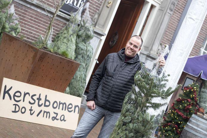 Richard van den Hoeven verkoopt kerstbomen, erwtensoep en broodjes worst voor de deur van zijn restaurant Ledeboer.