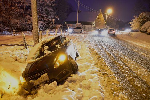 Net zoals hier op een foto van vorige week in Oekene, kwamen woensdagmorgen in onze regio opnieuw enkele voertuigen in de gracht terecht.