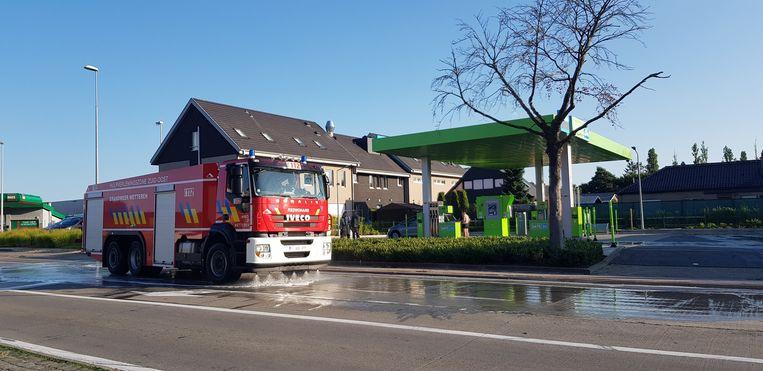 De brandweer ruimde de brandstof op het benzinestation en in de omgeving op.