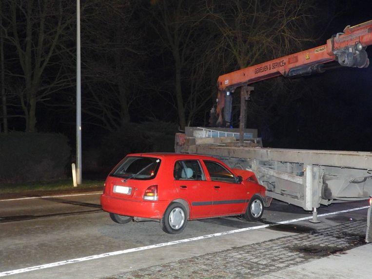 De wagen reed in op de flank van de vrachtwagen.
