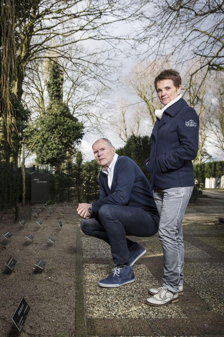 Willem Doorn en Carina van Leeuwen op begraafplaats Sint Barbara bij de plek waar onbekende overledenen liggen. Beeld Dingena Mol