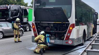 Buschauffeur blust brandje aan wielen, passagiers moeten overstappen