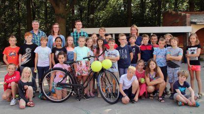 Leerlingen en oudercomité schenken Anna nieuwe fiets