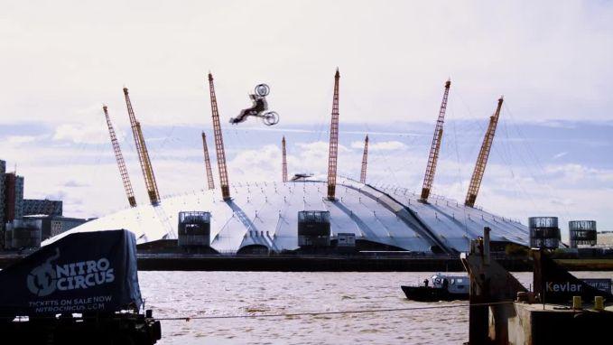 Motorcrosser maakt als eerste ter wereld backflip boven Thames