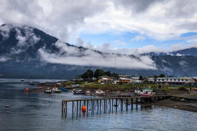 Uitzicht op het dorp Hornopirén vanaf de veerboot. Beeld Hilde Harshagen