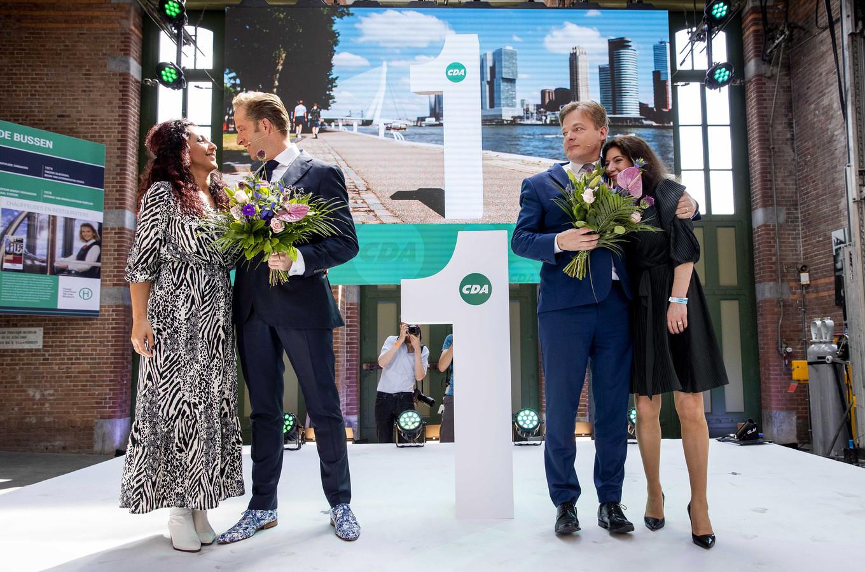 Opluchting en blijdschap bij Hugo de Jonge (links) en teleurstelling en emotie bij Pieter Omtzigt, die wordt getroost door echtgenote Ayfer Koç.