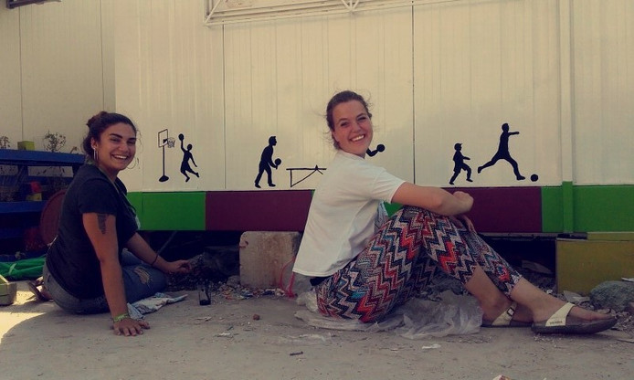 Leonie de Bruine (rechts) gaat creatief met alleenstaande moeders en kinderen aan de slag.