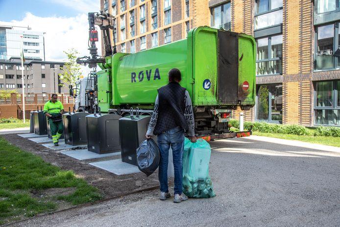 Restafvalcontainers worden geleegd door Rova in Zwolle.