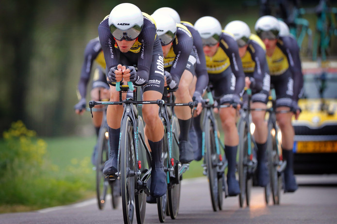 Renners van LottoNL-Jumbo tijdens een ploegentijdrit in maart.
