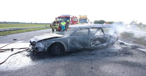 Politie schrikt van 'ontzettend gevaarlijk' gedrag tijdens file door ongeluk op A15: 'Blijf in je auto'.