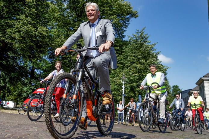 Jos Penninx, portefeuillehouder Duurzame Mobiliteit, bekijkt een deel van de snelfietsroute op een e-mountainbike.