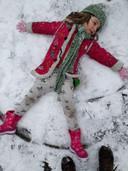 Billie Mae maakt een sneeuwengeltje en ze vindt het helemaal niet koud.