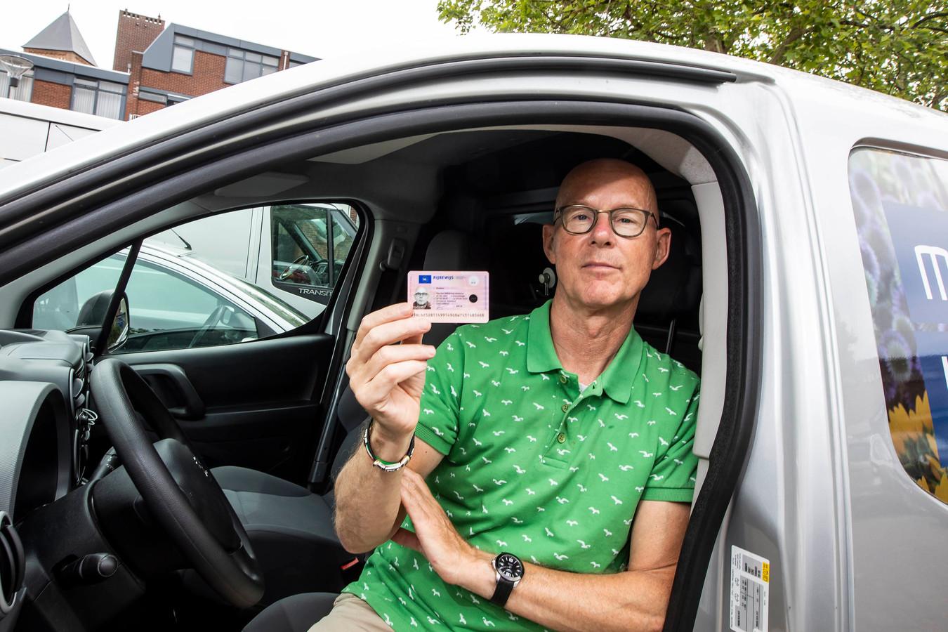 Maurice Wubben met zijn nieuwe rijbewijs.