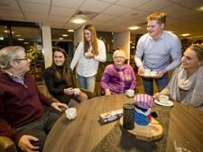 Koffie Club Oldenzaal: jongeren halen ouderen uit isolement