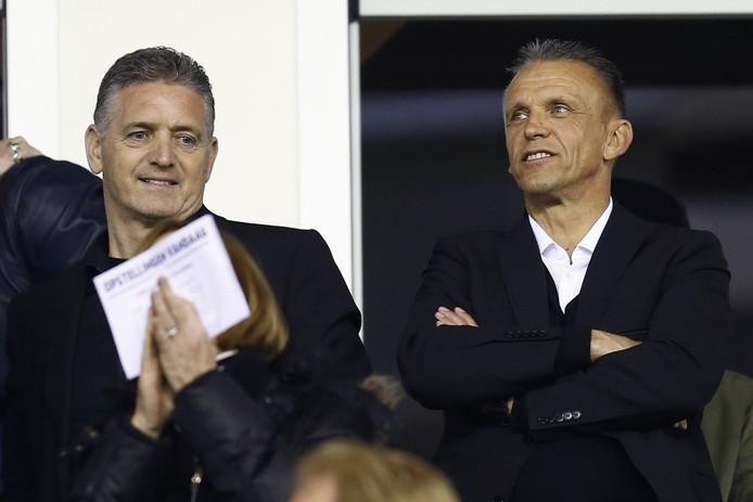 Edward Sturing (rechts) met John Lammers op de tribune bij Vitesse.