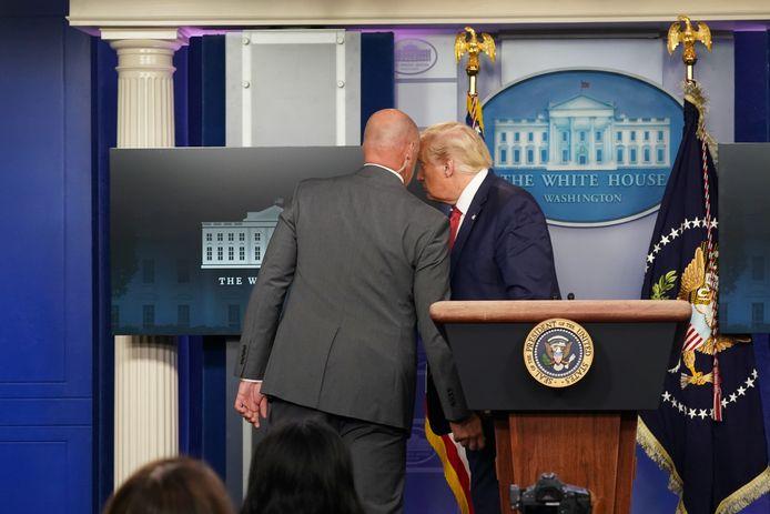 President Donald Trump wordt door de Amerikaanse veiligheidsdienst weggehaald van de persconferentie.