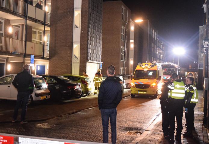 Een man verwondde zichzelf voor de deur van een appartement aan de Gasthuisstraat in Doetinchem.