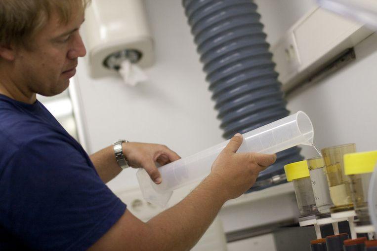 Munday schenkt zeewater in een van de filters. Beeld Ronald Veldhuizen