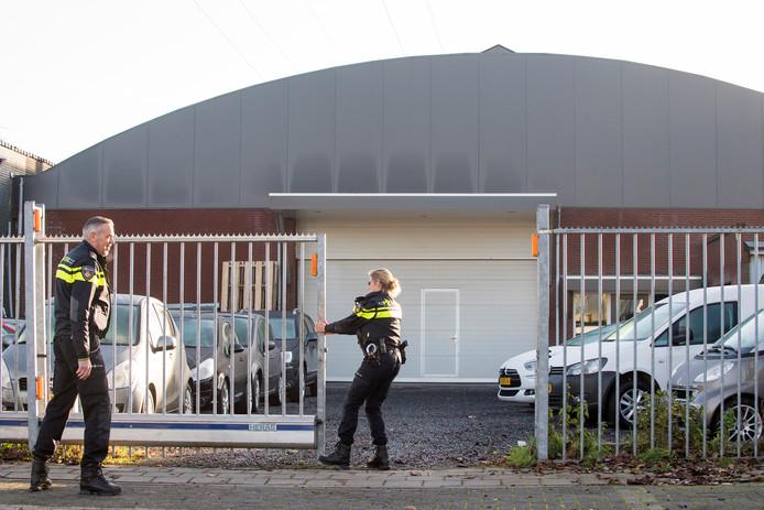 De politie bij een van de garages aan de Oude Medelsestraat in Tiel.