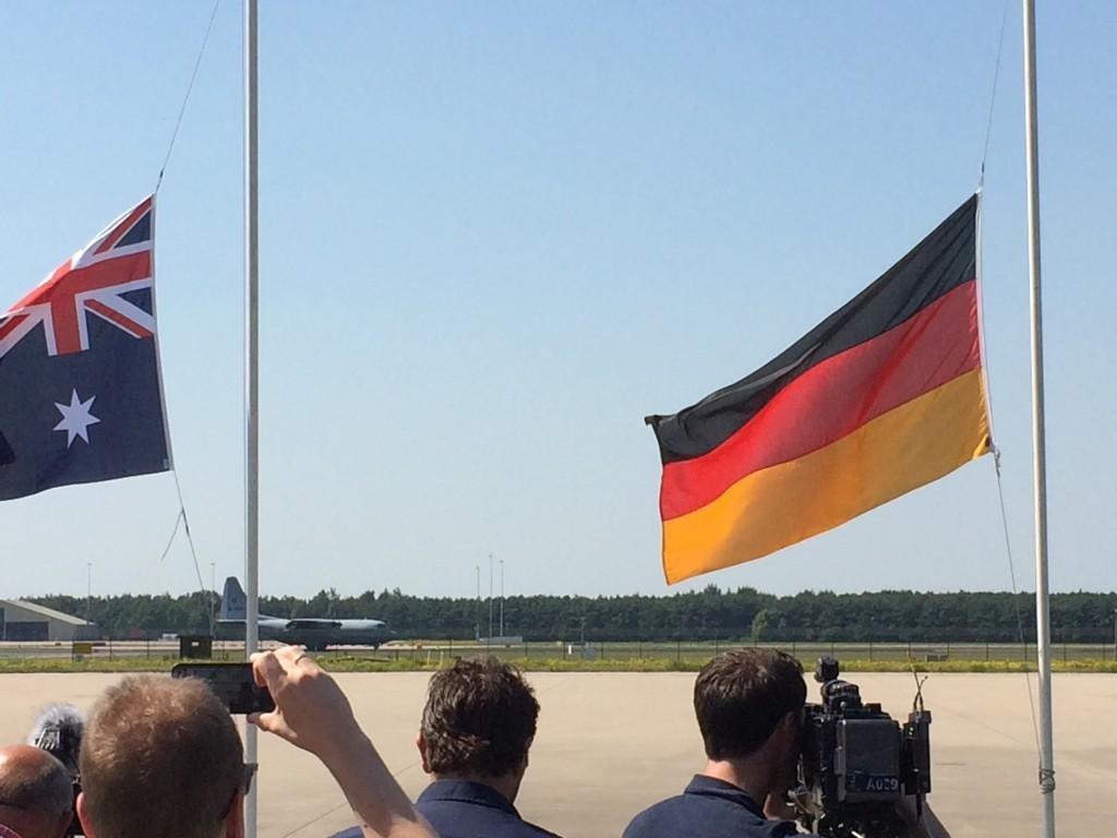 De Hercules met lichamen van slachtoffers van de vliegramp met de MH17 landt op vliegbasis Eindhoven.