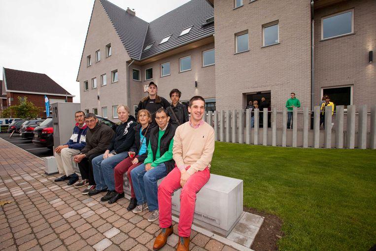 Enkele bewoners aan het nieuwe gebouw van Tordale.