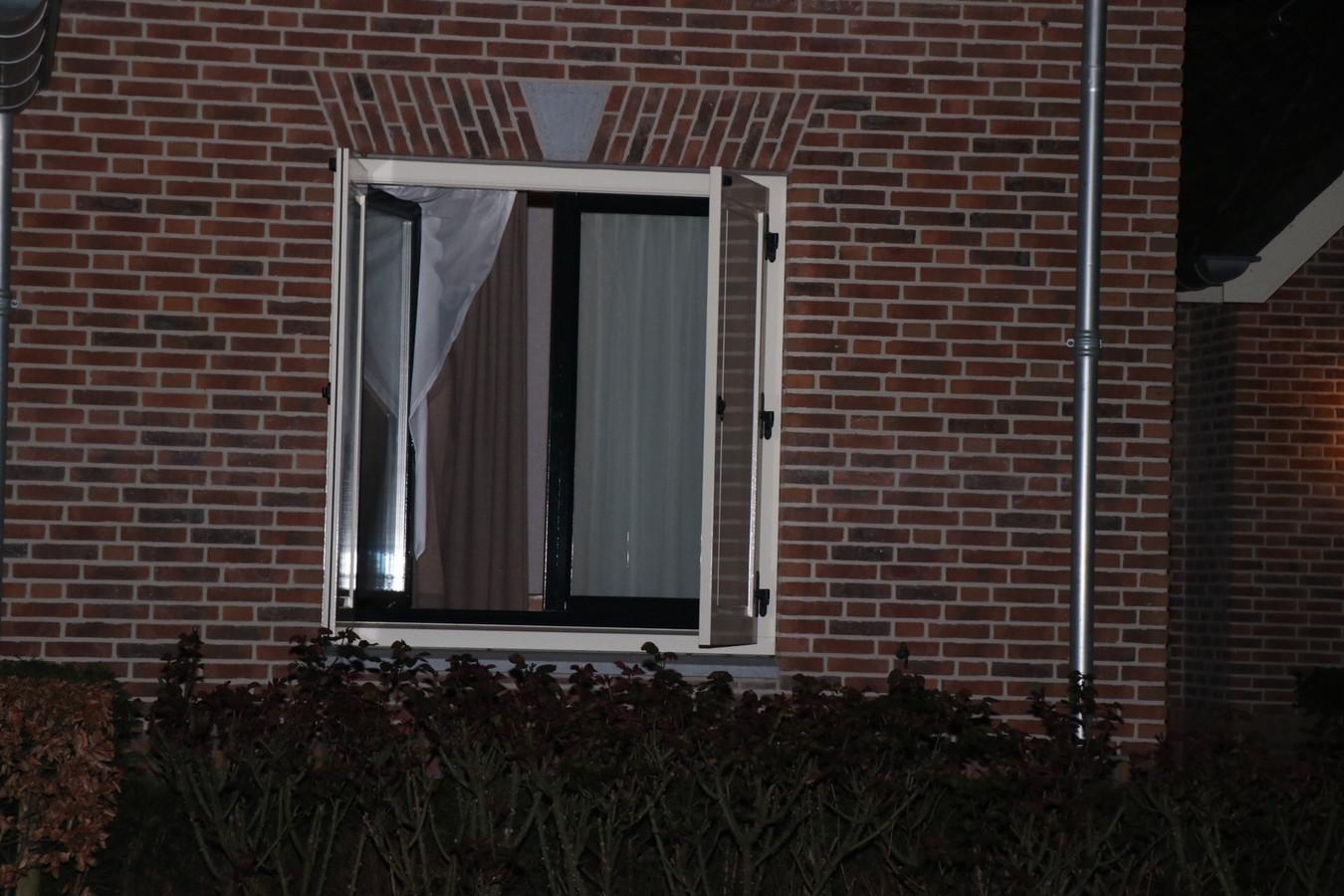 Via het woonkamerraam klom de inbreker naar binnen.