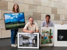 Winnaars Kunstcongres met hun werk Stadhuis Deventer in