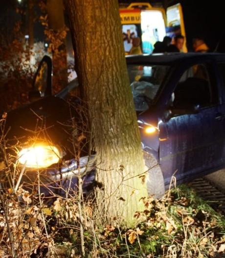 Vijf jongeren in auto ongedeerd bij botsing tegen boom