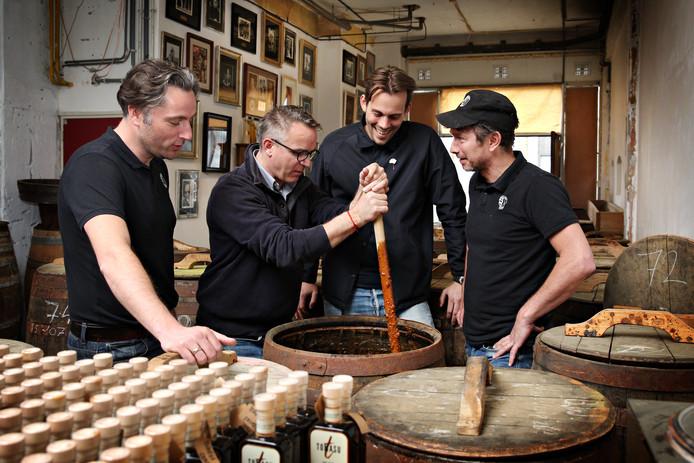 Thomas Uljee, Jeroen Klompe, Bert Mulder en Piet van Westen (vlnr) aan de slag met hun sojasaus.